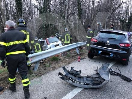 TRAGEDIA A CAFASSE - Scontro fra tre auto, una finisce nella scarpata: morta donna di 60 anni