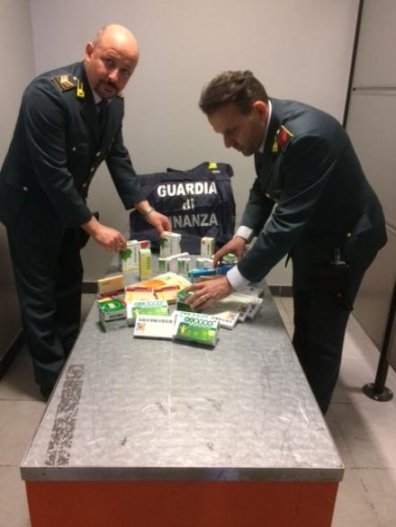 CASELLE - Una farmacia «illegale» nascosta nel trolley: 19enne finisce nei guai