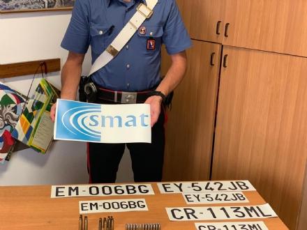 CRONACA - Nella lavatrice il «kit» per truffare gli anziani: targhe e loghi contraffatti di Smat e Regione
