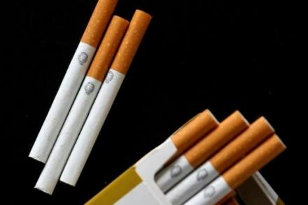 VENARIA - Trova un verme nella sigaretta che sta fumando