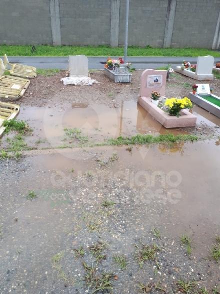 VENARIA - Basta qualche giorno di pioggia per rendere il cimitero difficilmente fruibile