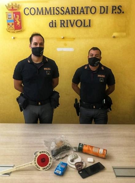 RIVOLI - Nella comunità, la droga era nascosta nel barattolo di patatine: un arresto e una denuncia