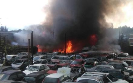 TORINO-BORGARO - Grave incendio in strada Villaretto: colonna di fumo nero altissima - FOTO