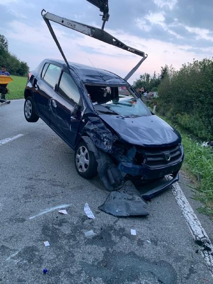 CASELLE - Scontro fra due auto: una si ribalta, ferita una donna