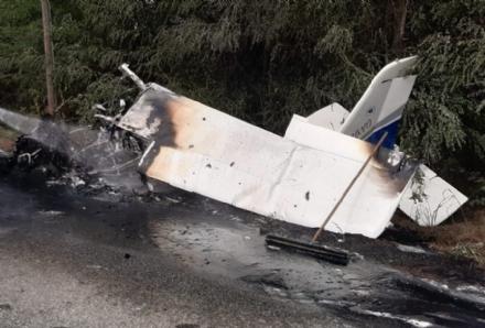 CADE AEREO A MAZZE - Miracolosamente illeso il pilota di Valdellatorre