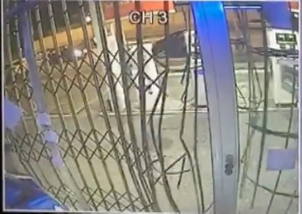 TORINO-BORGARO - Tentata «spaccata» al distributore di benzina. Ladro fuggito grazie a un passante