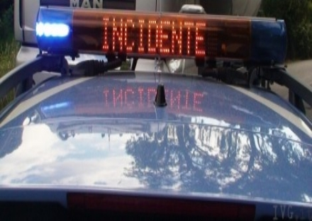 INCIDENTE IN TANGENZIALE - Perde il controllo del tir, finendo contro il guard-rail