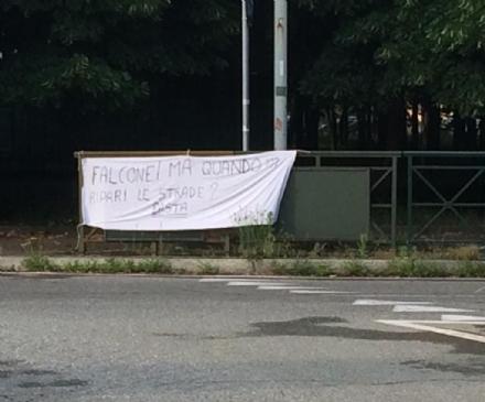 VENARIA - «Falcone ma quando ripari le strade?»: uno striscione in corso Papa Giovanni XXIII
