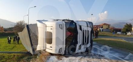 MATHI - Paura in via Torino: tir si ribalta alluscita dalla rotatoria. Autista illeso