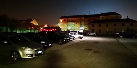 VENARIA - La torre faro non funziona: il parcheggio del «Bonino» è al buio