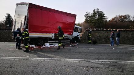 VENARIA - Terribile incidente sulla Direttissima: furgone sfonda il muro della Mandria, due feriti