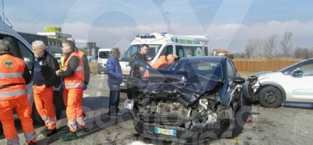 CASELLE - Due persone ferite dopo lo scontro fra due auto in strada Ciriè