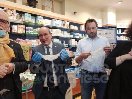 COLLEGNO-GRUGLIASCO - I sindaci consegnano in farmacia le mascherine per persone sorde