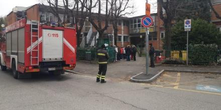 BORGARO - Scuola media evacuata per una sospetta fuga di gas: allievi fatti uscire dal personale scolastico