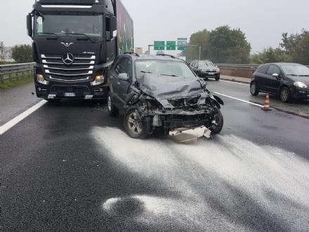 INCIDENTE IN TANGENZIALE - Due auto si scontrano per colpa della pioggia: un ferito
