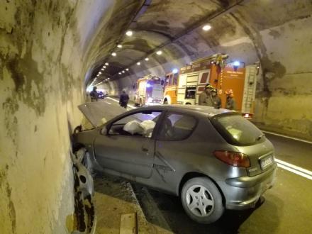 INCIDENTE SULLA SP1 - Auto contro il muro della galleria: un uomo in ospedale