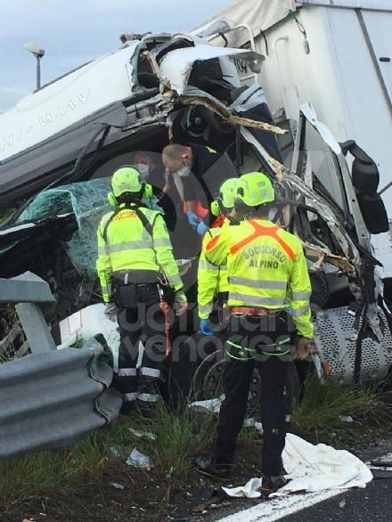 RIVOLI-COLLEGNO - Doppio incidente in tangenziale: auto contro guardrail e tir su una scarpata