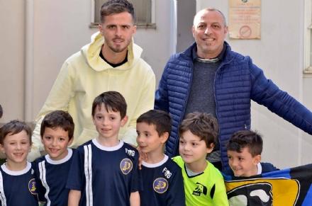 COLLEGNO - Il bianconero Pjanic al campo del Paradiso Collegno per veder giocare il figlio