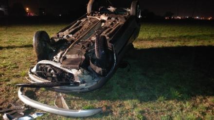 CASELLE-FIANO - Auto si ribalta e finisce in un terreno agricolo: due ragazzi in ospedale