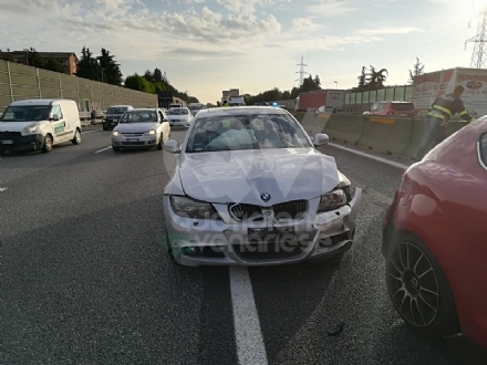 COLLEGNO - Incidente in tangenziale: tre auto coinvolte e lunghissime code
