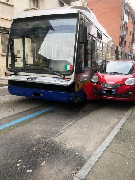 VENARIA - Si rompe lo sterzo dellautobus, che finisce contro due auto: caos in via Palestro