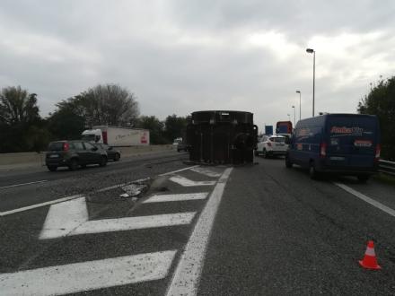 RIVOLI - Tir perde una turbina del peso di 250 quintali lungo la tangenziale: traffico in tilt