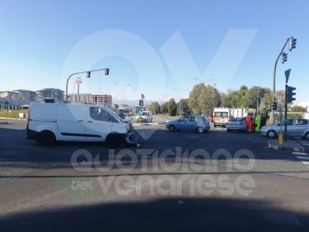 TORINO-VENARIA - Incidente allincrocio fra strada Altessano e corso Garibaldi: un ferito - FOTO