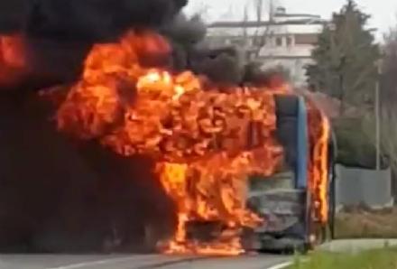 RIVOLI - Lautobus Gtt proveniente da Collegno prende fuoco in corso Levi mentre è in marcia