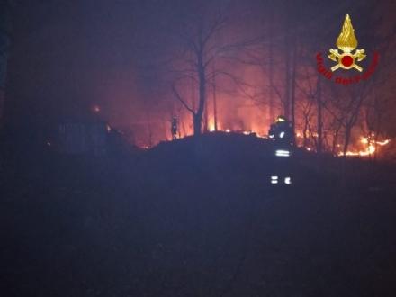 VAL DELLA TORRE - Incendio boschivo: riprese le operazioni, la preoccupazione non diminuisce