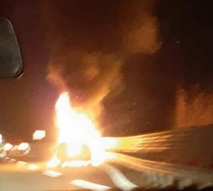 CASELLE - Paura sul Raccordo: auto a fuoco mentre è in marcia
