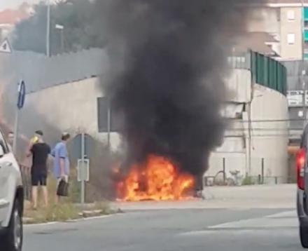 VENARIA - Auto in fiamme nella zona industriale di Venaria