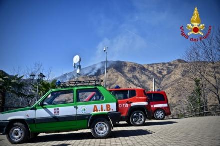 VAL DELLA TORRE - Incendio boschivo: la situazione è in miglioramento. In azione lelicottero