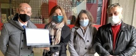RIVOLI - Dopo il furto, due aziende decidono di donare 9 pc portatili alla scuola media Levi