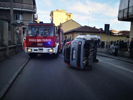VENARIA - Scontro allincrocio: auto si ribalta in via Nazario Sauro: una ferita