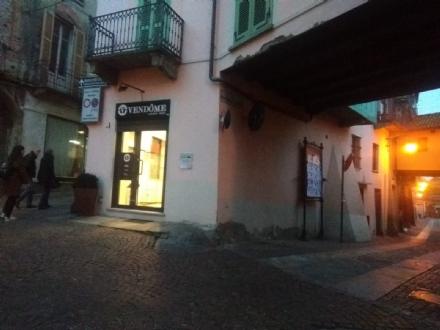 RIVOLI - I ladri prendono di mira il negozio di borse di lusso nella «solita» via Piol