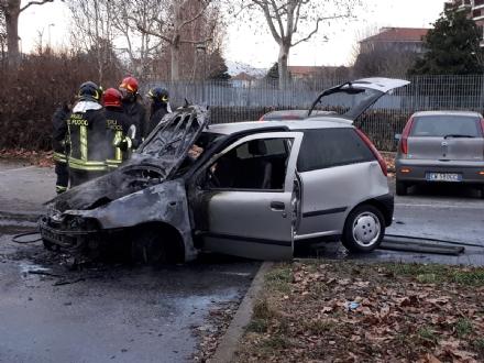 GRUGLIASCO -  Una Punto prende fuoco vicino alle Poste: i pompieri evitano lesplosione