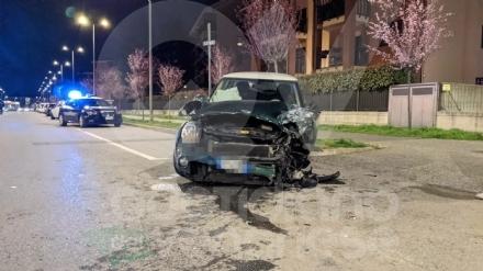 PIANEZZA - Pauroso incidente in via Aldo Moro: tre feriti, pianezzese in gravi condizioni