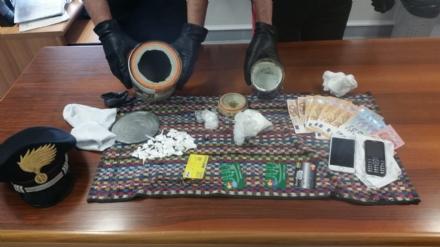VENARIA - La cocaina nascosta nei doppifondi dei barattoli di grasso per auto e di vernice: arrestati