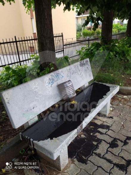 PIANEZZA - Idioti in azione: panchina imbrattata con olio da motore
