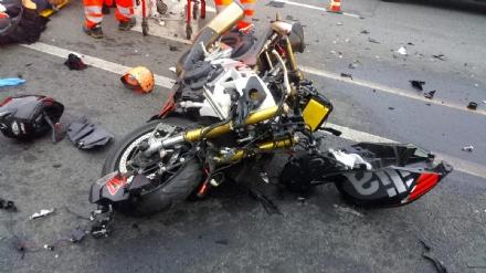 GRUGLIASCO - Scontro fra moto e auto in strada Antica di Grugliasco: centauro ferito