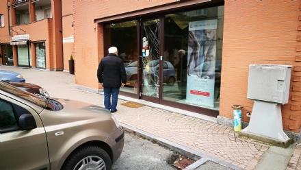 BORGARO - Spaccate nei negozi di via Martiri della Libertà: più i danni che il «bottino»