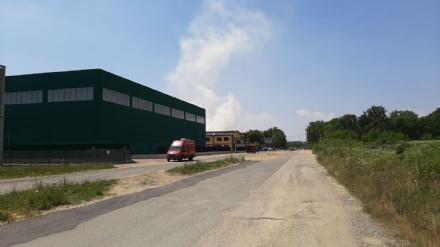 ROBASSOMERO - Incendio in unazienda dellarea industriale: strada bloccata al traffico