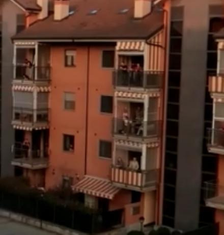 VENARIA - Il flash-mob «Apriamo le finestre, usciamo sui balconi e suoniamo insieme» - VIDEO