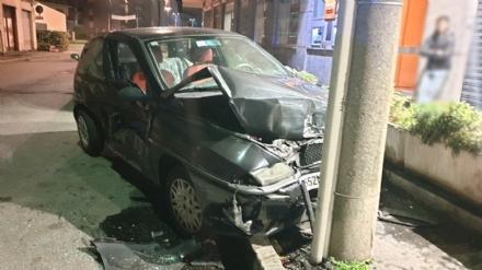 VENARIA - Perdono il controllo dellauto, provocano un incidente e fuggono via