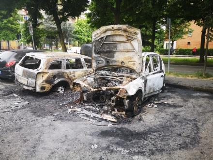 COLLEGNO - A fuoco tre auto parcheggiate in piazza Pablo Neruda: indagano i carabinieri