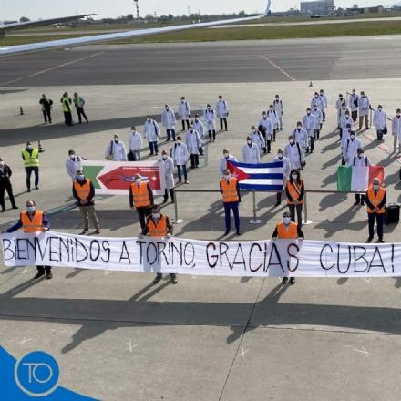CASELLE - Coronavirus, atterrati i sanitari della Brigada cubana: impiegati alle Ogr