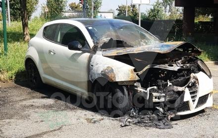 VENARIA - Auto in fiamme nella notte in via Di Vittorio: indagano i carabinieri