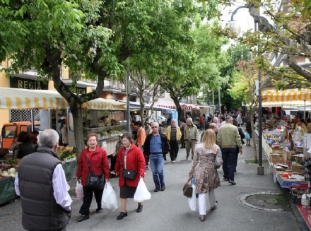 VENARIA - Meno del 50% degli ambulanti ha detto «sì»: annullati i mercati rionali del 14 e 15