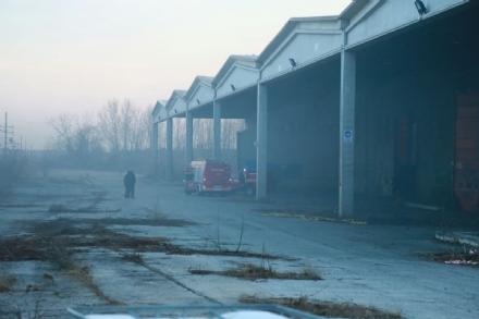 BORGARO - A fuoco i capannoni della ex Ergom: bruciati pneumatici e immondizia