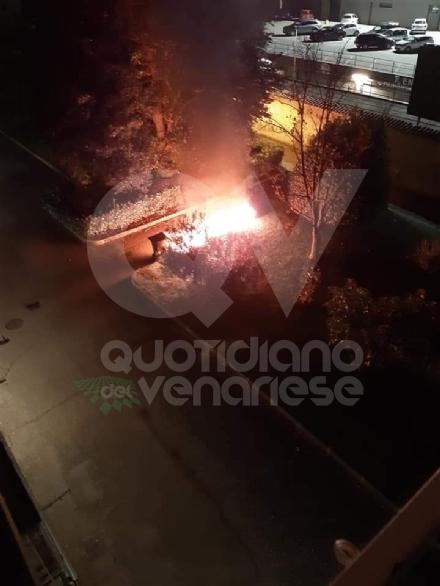 BORGARO - Incendio nella notte: distrutti i bidoni della raccolta differenziata